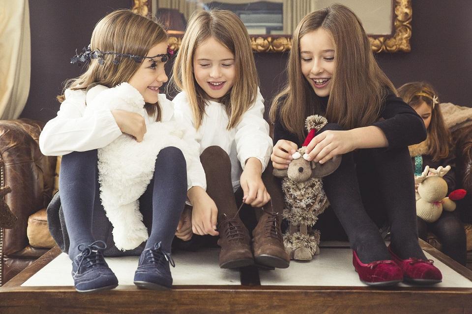 Meninas elegantes no Natal Pisamonas