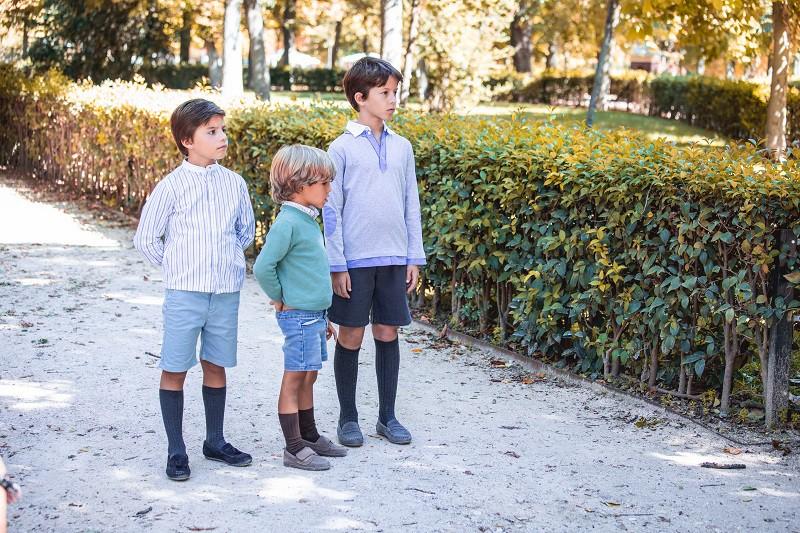 Sapatos elegantes para os meninos